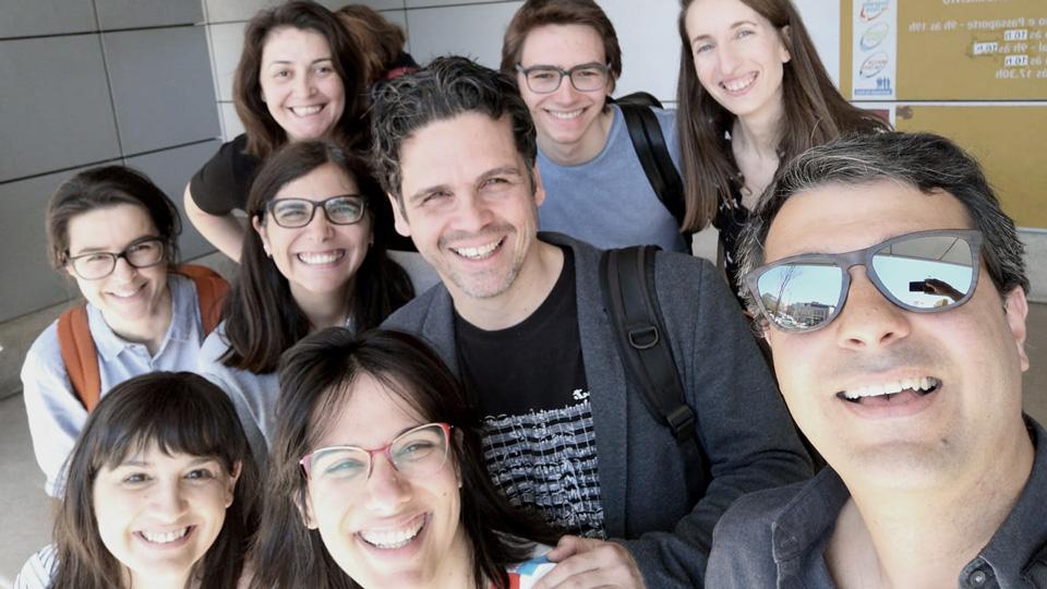 Fotografia dos nove sócios fundadores da Associação Memórias Emergentes após criação da mesma